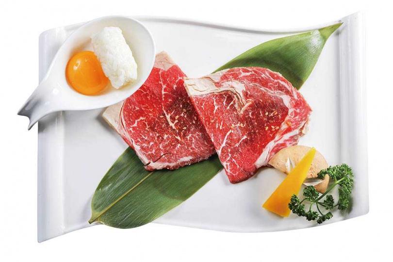 搭配生蛋黃的「特製絕品燒肉」,是獨家吃法。(圖/林士傑攝)