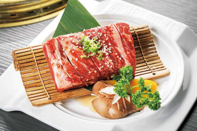 由專人代烤的「職人手切黑毛牛排」是必吃品項。(圖/林士傑攝)