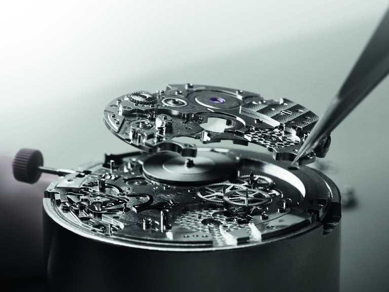 BVLGARI自製BVL 318型計時兩地時間機械機芯,厚度僅3.30mm,搭載環形自動盤與小秒針盤,動力儲存55小時。(圖╱BVLGARI提供)