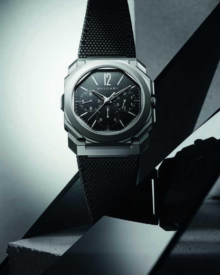 BVLGARI「Octo Finissimo Chronograph GMT Titanium」超薄計時兩地時區鈦金屬腕錶,42mm,超薄噴砂鈦金屬錶殼,BVL 318型計時兩地時間機械機芯╱535,000元。(圖╱BVLGARI提供)