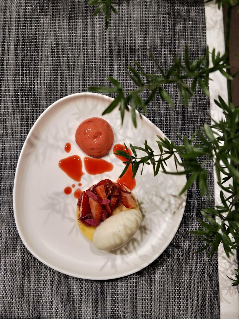 3/25是瑞典的鬆餅日,這道「草莓大黃香草」搭配瑞可達鬆餅,呼應瑞典節慶。(圖/高靜玉攝)