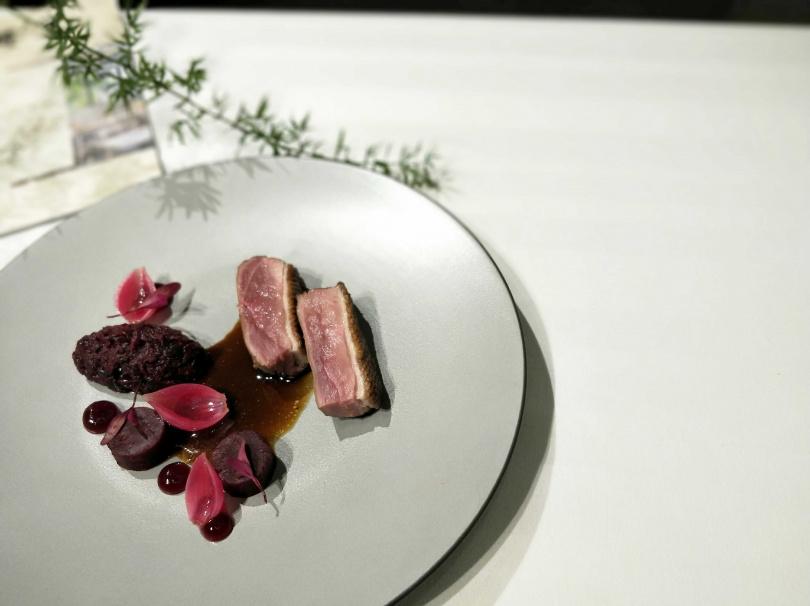 主菜以北歐常見的甜菜根為主要配角,突顯鴨肉鮮甜柔嫩的滋味。(圖/高靜玉攝)