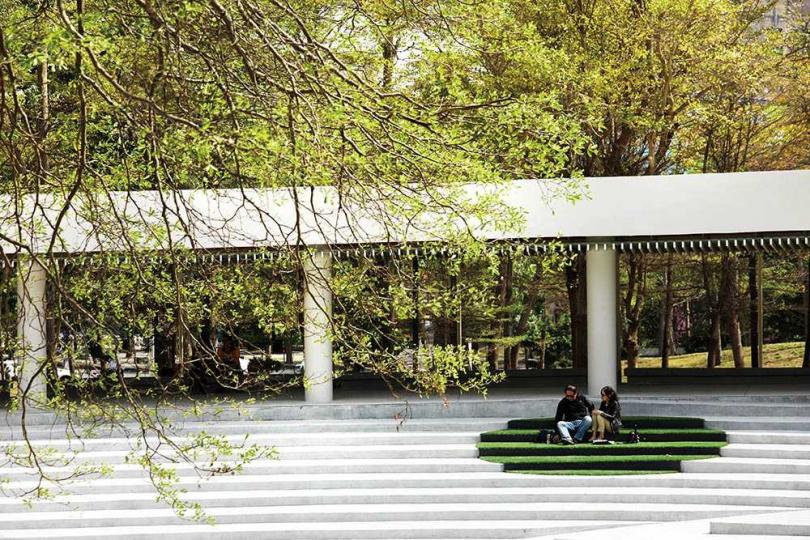 現在遊客到高美館,都忍不住在圓形廣場新增的人工草皮上歇息、聊天。(圖/于魯光攝)