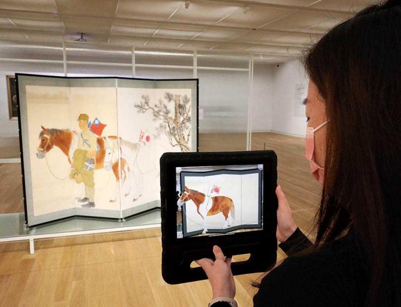 常態式典藏展結合VR體驗,讓大家透過平板或手機看見藝術品「動起來」。(圖/于魯光攝)