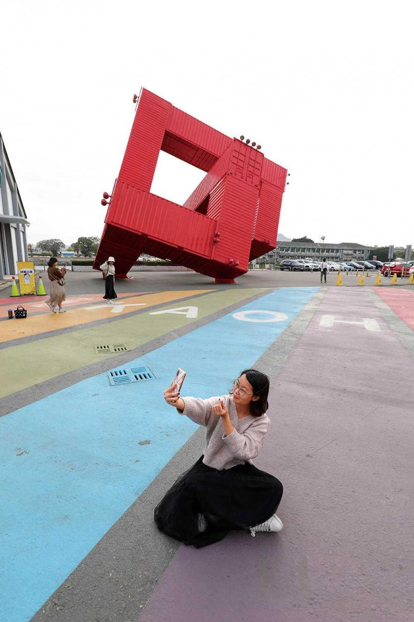 彩虹地景與紅色貨櫃裝置藝術,一同成為駁二藝術特區的代表性地標。(圖/于魯光攝)