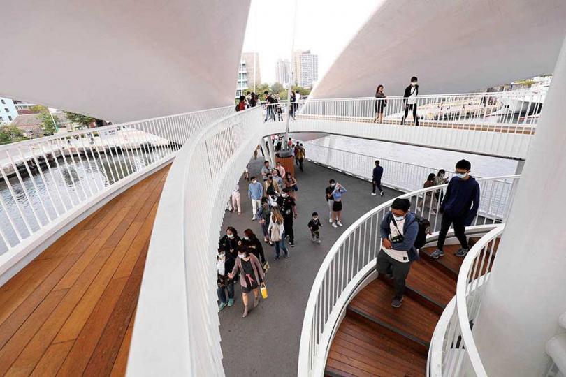 旋轉梯與觀景台的設計,讓行人錯落其間成為流動的風景。(圖/于魯光攝)