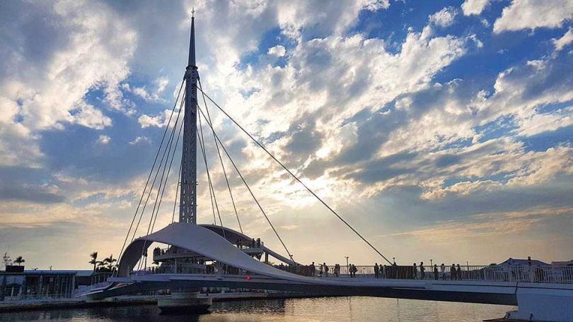 以貝殼及鯨豚作為設計意象的大港橋,在滿天雲朵下尤為浪漫。(圖/于魯光攝)