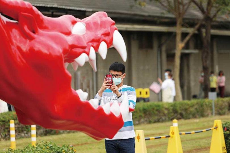 駁二藝術特區有不少特色雕塑,吸引遊客拍照。(圖/于魯光攝)