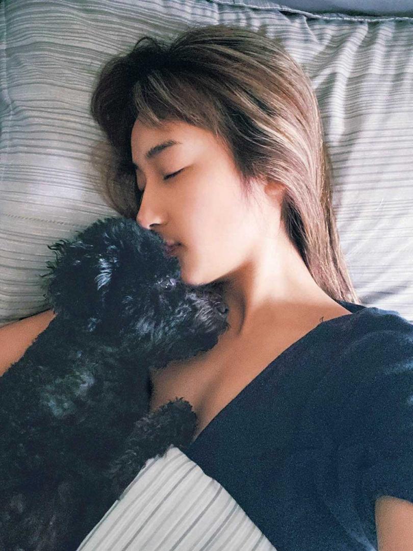 不喜歡被關在籠子裡的凱凱,睡覺時喜歡窩在夏宇禾身邊,要她抱著入睡。(圖/夏宇禾提供)