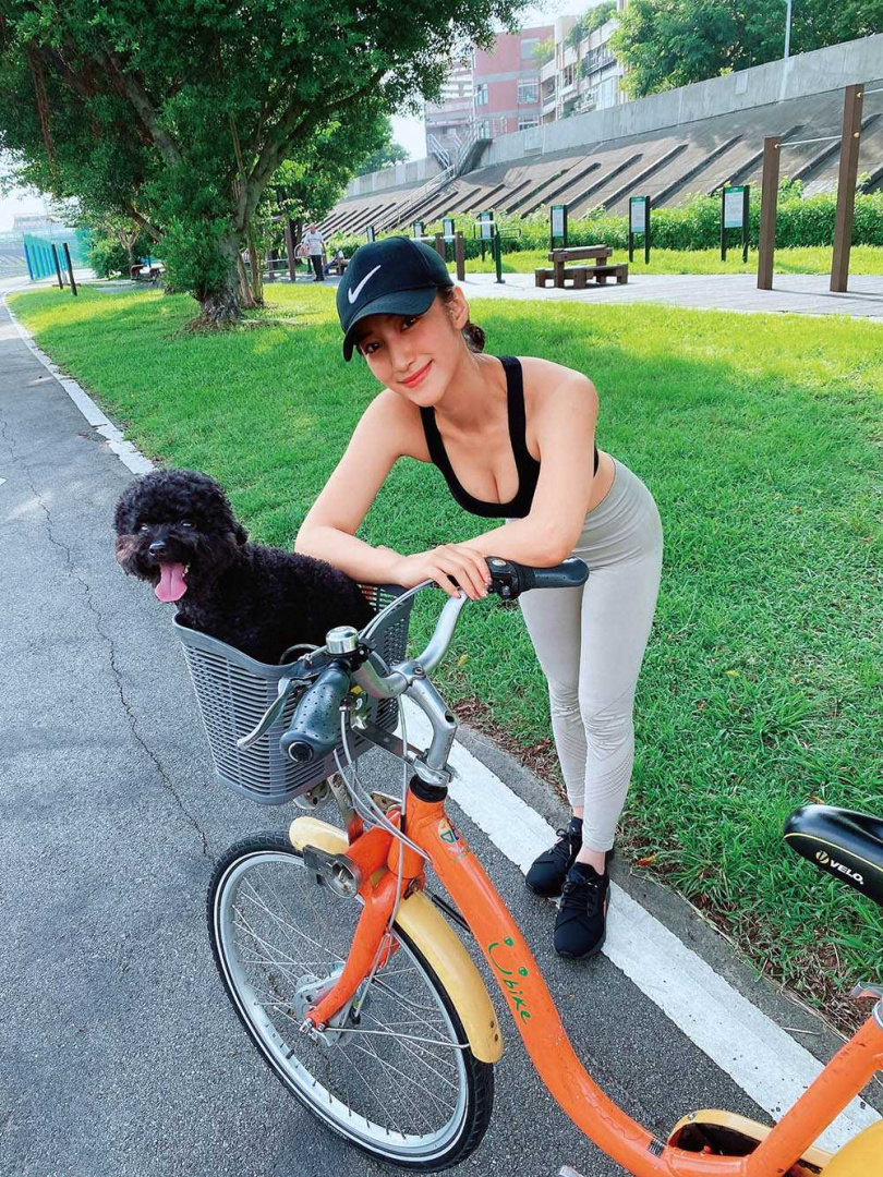 愛騎車運動的夏宇禾,會帶著凱凱一起出門遛達。(圖/夏宇禾提供)