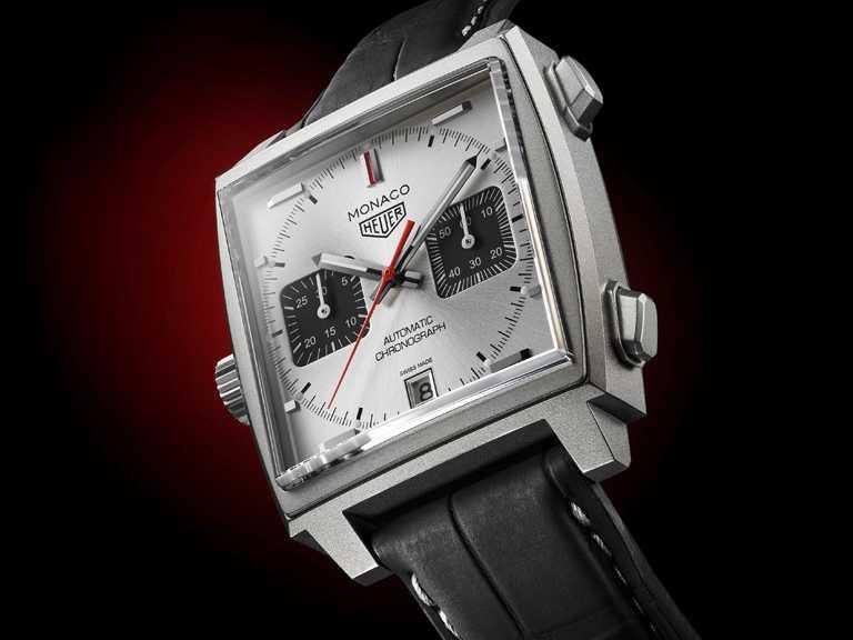 TAG HEUER「Monaco Titan」 鈦金屬限量特別版計時腕錶,採用鈦金屬方型錶殼,保有原版「Monaco」系列的紅色指針,向經典致敬。(圖╱TAG HEUER提供)