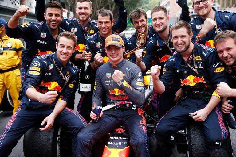 泰格豪雅品牌大使馬克斯‧維斯塔潘(Max Verstappen),與「Red Bull Racing」本田車隊隊員,為本次摩納哥大獎賽賽事拿下冠軍寶座。(圖╱TAG HEUER提供)
