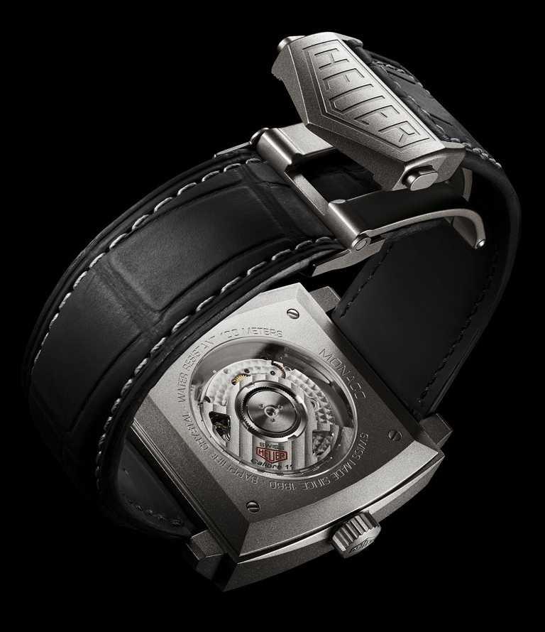 TAG HEUER「Monaco Titan」 鈦金屬限量特別版計時腕錶黑色鱷魚皮錶帶外觀類似黑色賽車胎紋。(圖╱TAG HEUER提供)