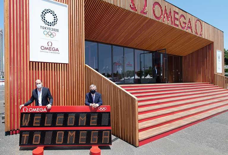 國際奧委會主席Thomas Bach與歐米茄計時執行長Alain Zobrist相會東京奧運現場,共同宣告開展官方指定計時的重要任務。(圖╱OMEGA提供)