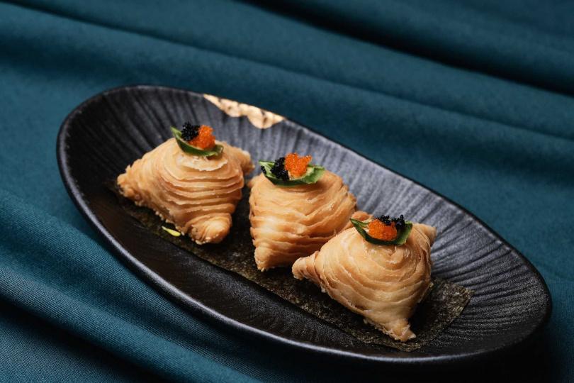 青芥蟹肉酥包覆白醬與藍蟹肉、生食級干貝、白蝦、中卷。(圖/玖尹餐酒館提供)
