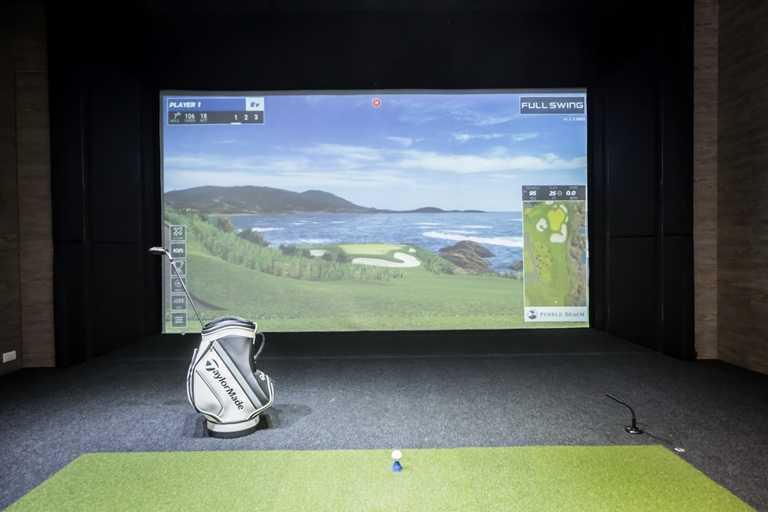 業者引進全台第一間擁有老虎伍茲授權設計且指定代言、PGA各界球王專用的高爾夫訓練模擬器。