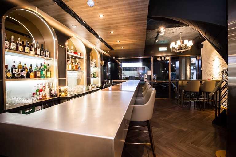 「鷹house BISTRO」空間不算太大,一樓主要為酒吧吧檯。