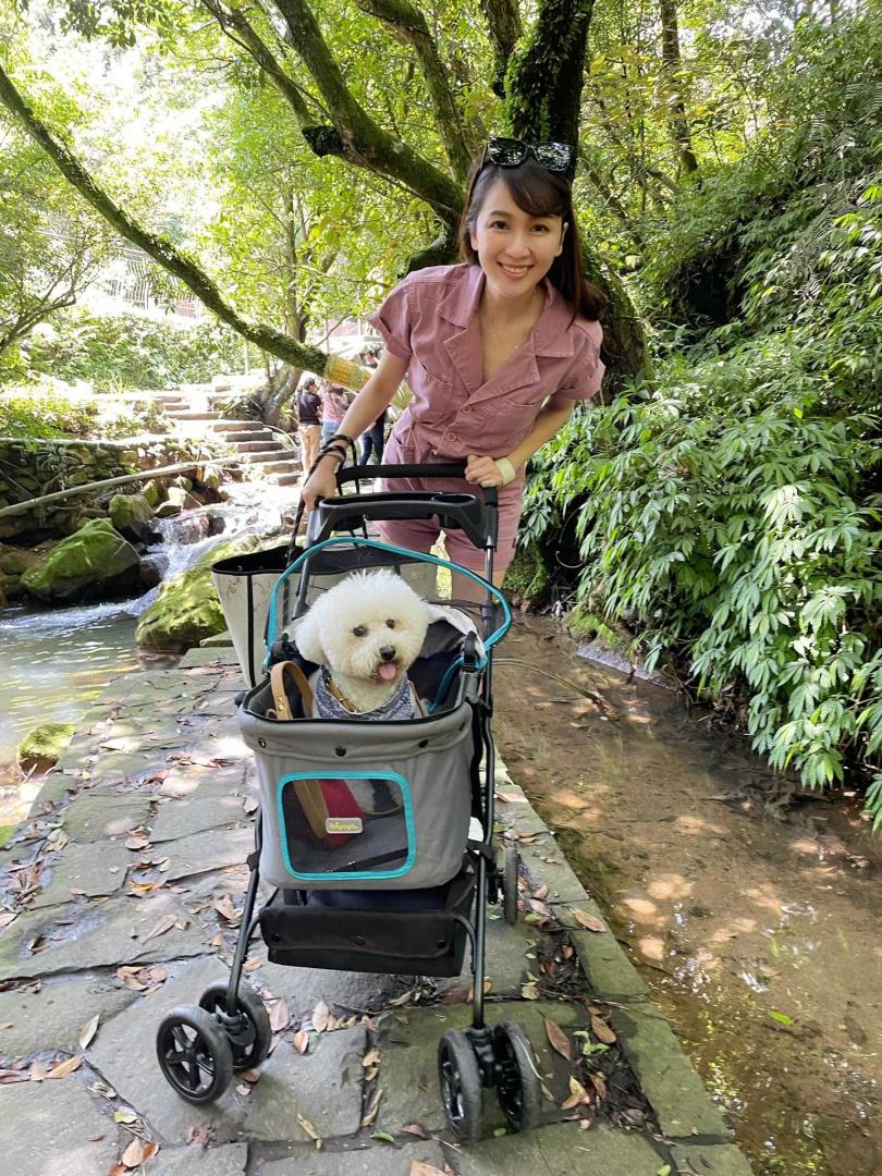 對於愛犬比比,蔡逸帆開心表示養寵物讓自己超快樂,內心很踏實。(圖/翻攝自蔡逸帆臉書)