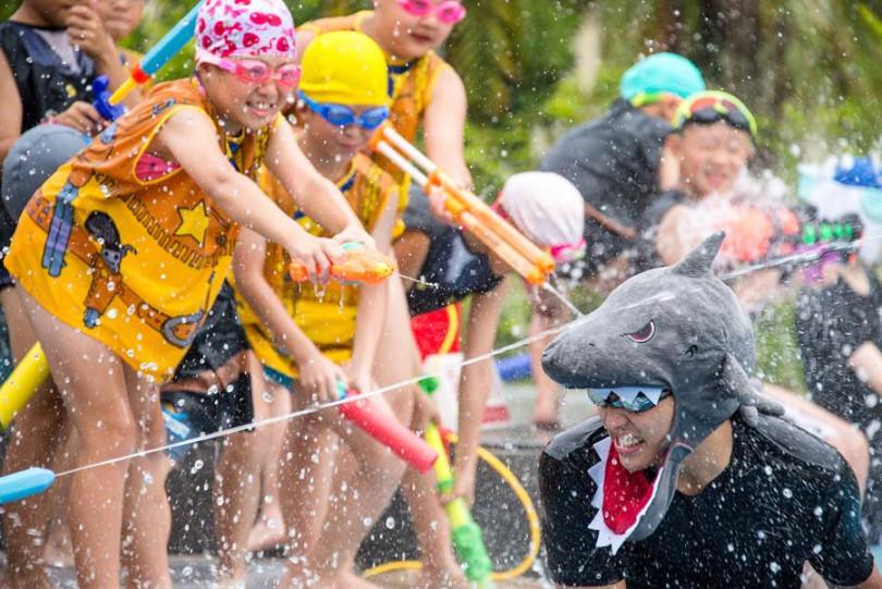 親子戶外泳池每天展開精彩刺激水上活動。