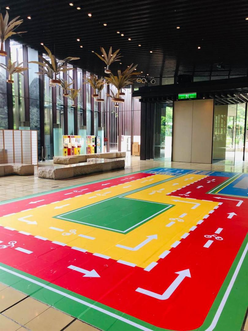 礁溪老爺在飯店大廳打造的「兒童滑步車賽道」。