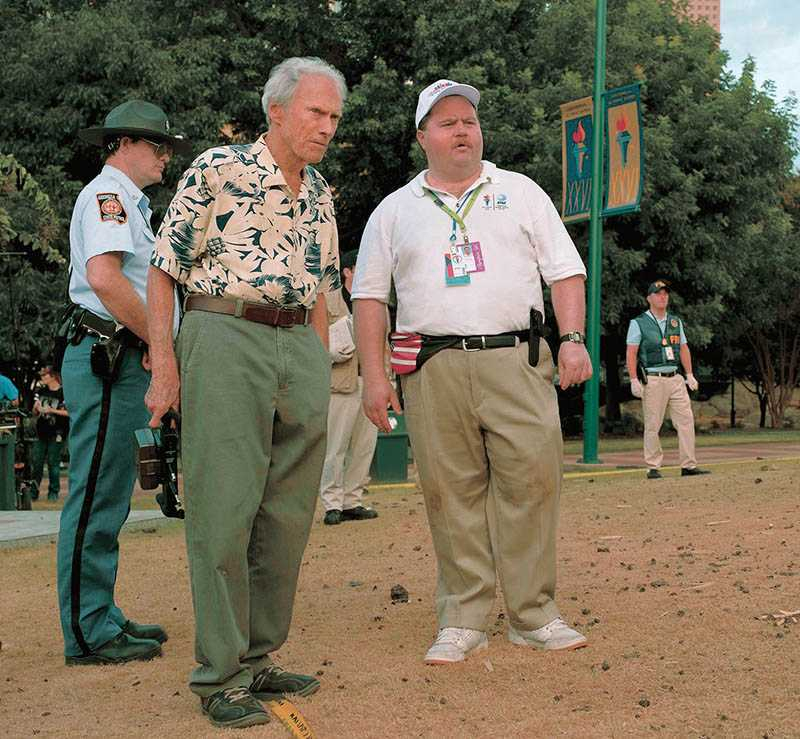 擅長將真實事件搬上大銀幕的導演克林伊斯威特,這回相中1996年亞特蘭大奧運會的炸彈案。左起克林伊斯威特、保羅華特豪澤(圖/華納兄弟提供)