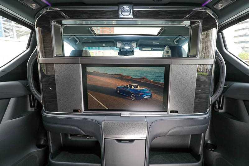 駕駛艙與乘客艙之間有整片含26吋螢幕的升降隔屏,隔屏的玻璃還能從透明調整至全霧化。(透明)(圖/馬景平攝)