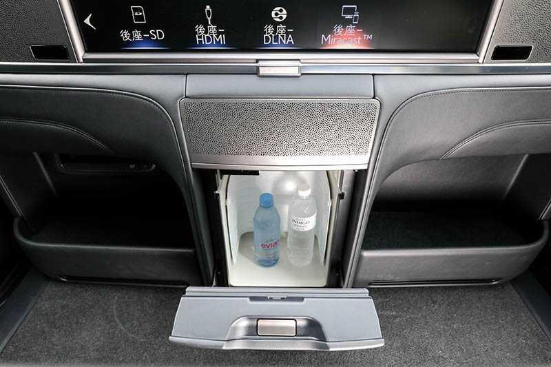 大螢幕下方有個14公升的小冰箱,可放入2瓶飲料。(圖/馬景平攝)