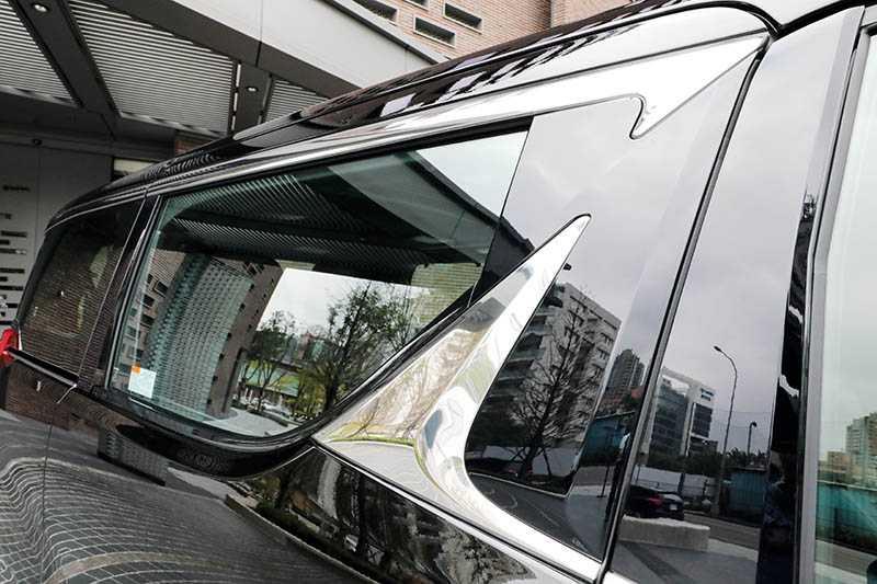 車側上方有雙L形鍍鉻飾板點綴,造型更具科技感。(圖/馬景平攝)