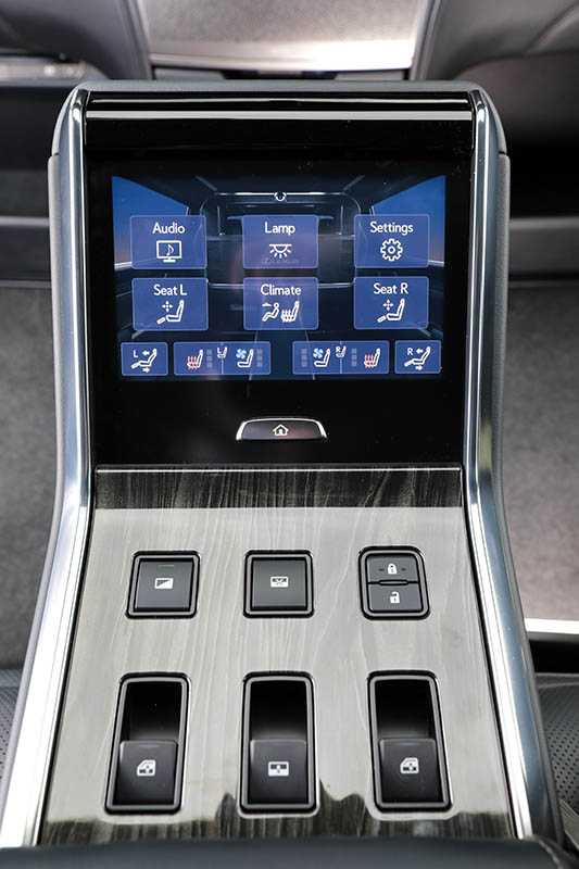 後艙從座椅、大螢幕、空調到音響,都可透過中央扶手上的觸控螢幕控制。(圖/馬景平攝)