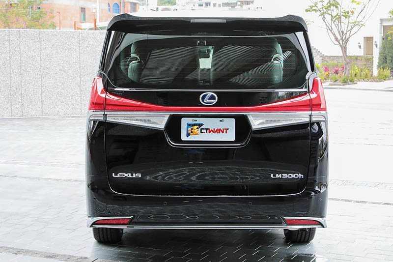 橫貫車尾的LED尾燈,有如無敵鐵金剛胸前的紅色V字高熱板,辨識度很高。(圖/馬景平攝)
