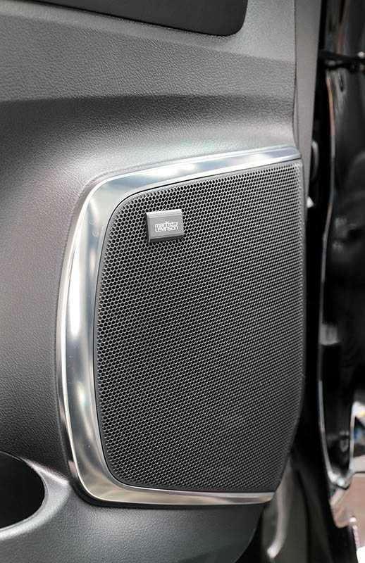 配備Mark Levinson鑑賞級的音響加上19支揚聲器,讓後座空間有如音樂廳。(圖/馬景平攝)