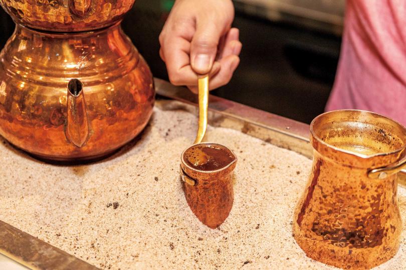 土耳其咖啡將銅壺放到熱沙上,加熱煮沸的方式十分獨特。(圖/焦正德攝)