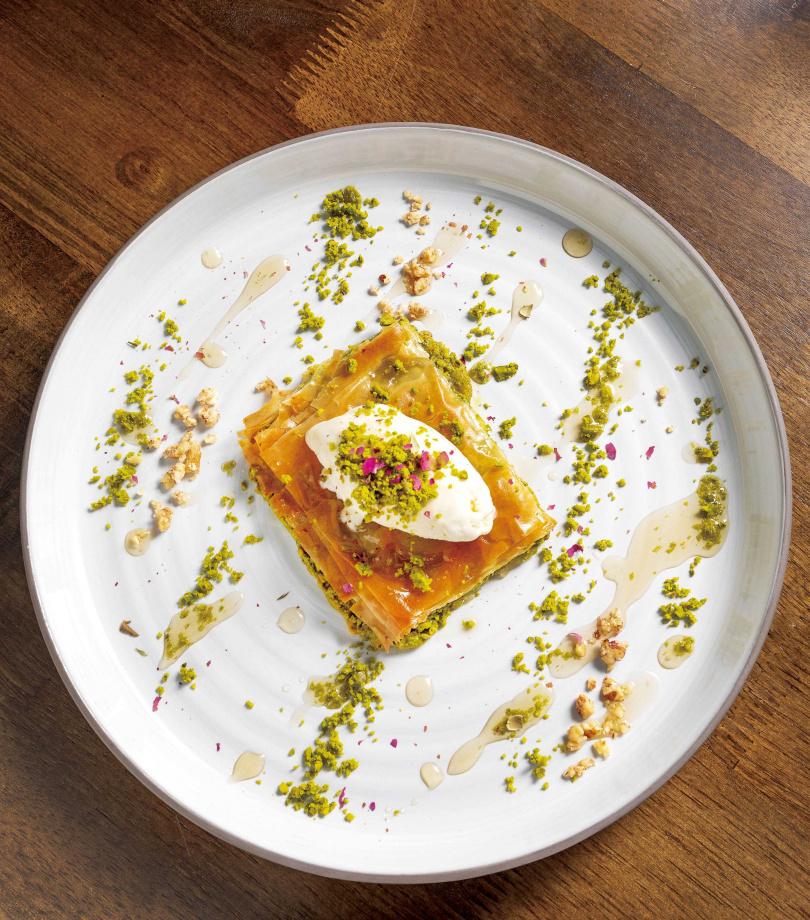 在上下各六層的Filo麵皮中,夾入開心果及莫札瑞拉起司的「薄果仁酥餅」,每一口都能吃到濃厚實在的內餡。(250元)(圖/焦正德攝)