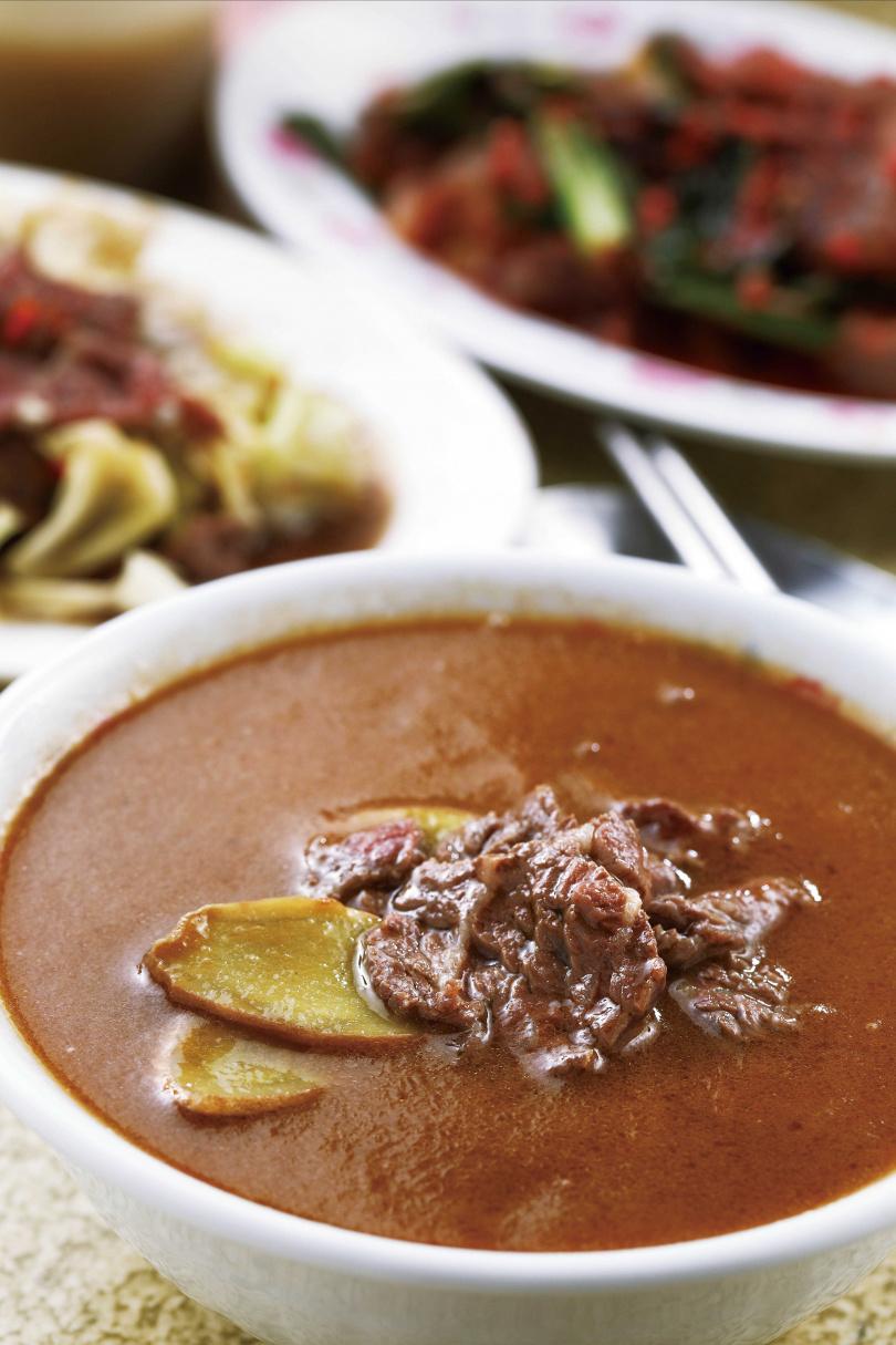 香氣四溢的「麻油牛肉湯」,喝完全身暖洋洋。(一六○元)(圖/于魯光攝)