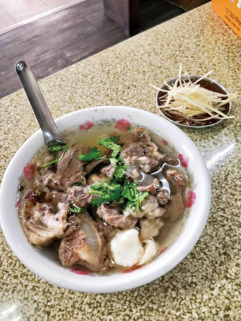 僅用骨邊肉熬煮的「牛雜湯」,料多且湯頭清爽美味。(150元/大碗)(圖/高靜玉攝)