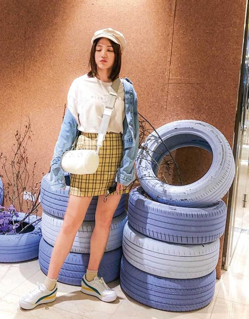 近來,Dora最常揹DIOR與藝術家Daniel Arsham聯名的「Roller郵差袋」,是她在日本一見鍾情就入手的。(圖/翻攝自Dora IG)