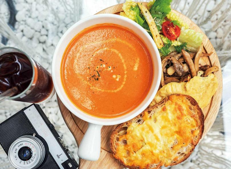 「季節濃湯麵包盤」集合了濃湯、焗烤起司麵包、綜合炒菇、鮮蔬沙拉和嫩蛋,超級豐盛。(300元)(圖/張祐銘攝)