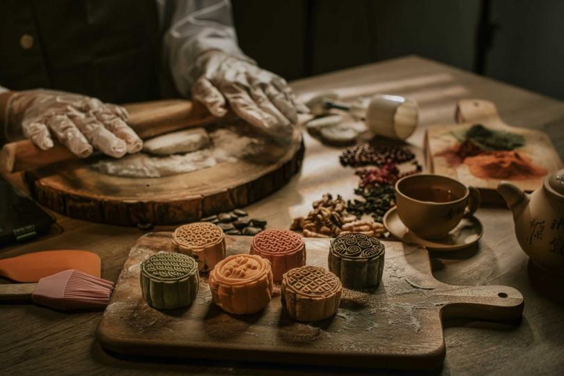 在城市賞月航程可體驗主廚教做月餅課程。(圖/台北晶華酒店提供)