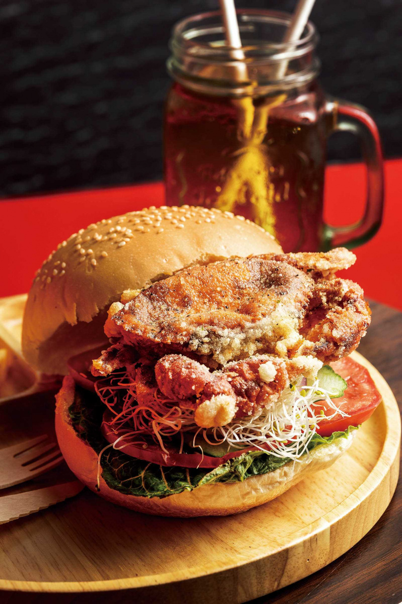 新加坡風味的「新加坡咖椰軟殼蟹堡」,特別在麵包上塗一層咖椰醬,香甜涮嘴。(280元)(圖/焦正德攝)