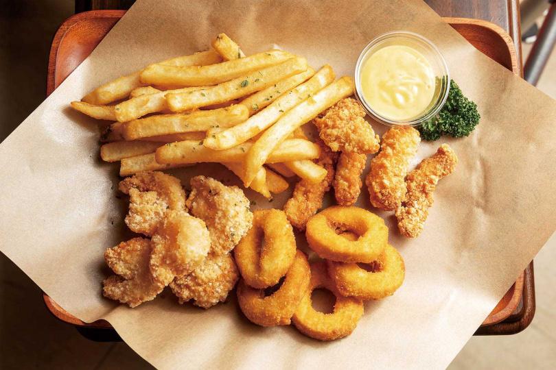 「攝魂海盜船炸物組合」包括鮮蝦、魚塊、薯條,還有以蒟蒻、大豆蛋白做成的素食花枝塊。(320元/大份,180元/小份;圖為大份)(圖/焦正德攝)