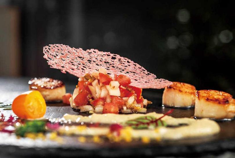「第戎煎干貝」採用日本生食級干貝煎至微焦佐第戎醬,一旁的燻鮭魚則搭配莎莎醬,清爽開胃。(380元)(圖/張祐銘攝)