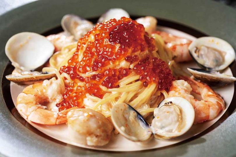 點綴滿滿明太子及鮭魚卵的「海之味奶油明太子義大利麵」,一直是店內人氣餐點。(380元)(圖/張祐銘攝)