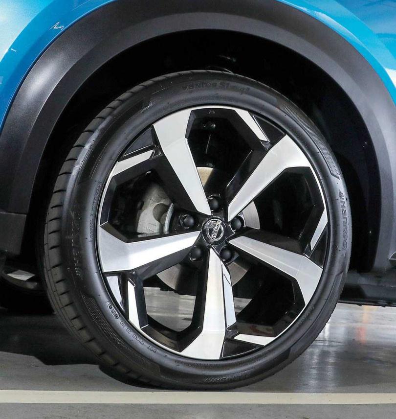 頂級車款配備19吋的大鋁圈。(圖/王永泰攝)