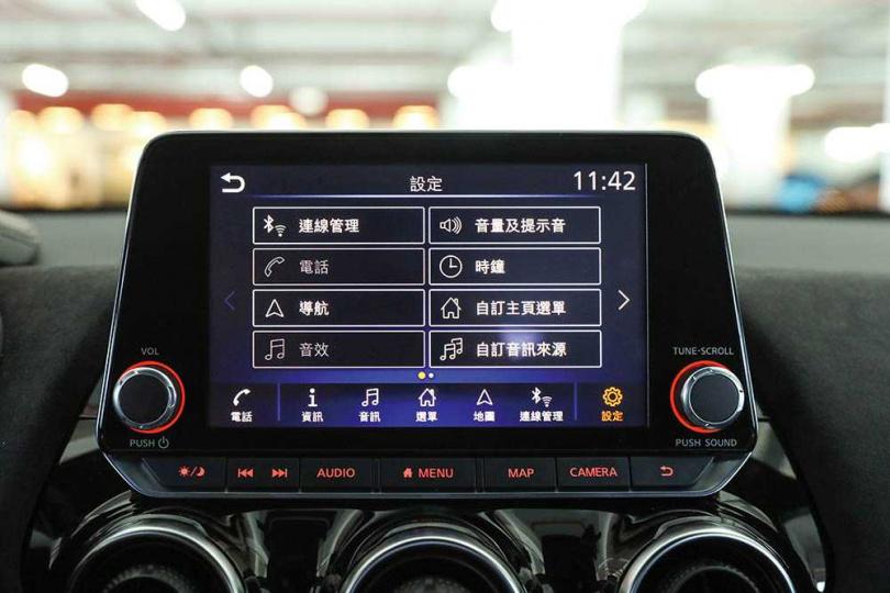 8吋中控螢幕位置上挪,內建全新中文化的影音娛樂系統。(圖/王永泰攝)