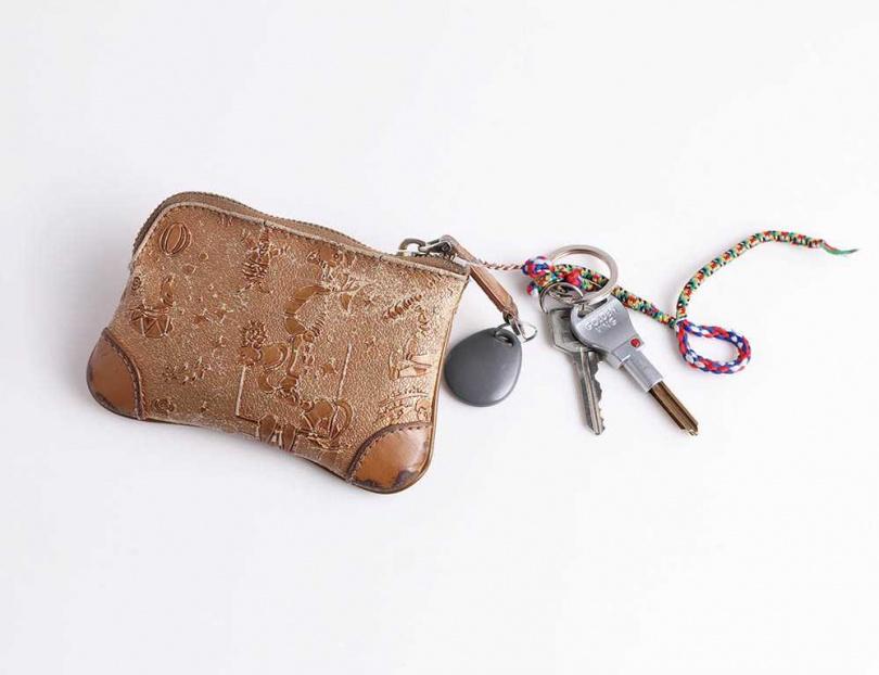 這款金色零錢包是陳沂媽媽去義大利旅遊買回的伴手禮,加上金色象徵招財,讓陳沂愛用至今。(圖/戴世平攝)