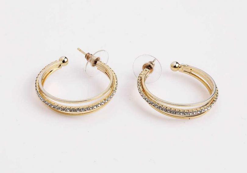便宜又新潮的耳環,是陳沂點綴穿搭的好幫手,各約200至300元。(圖/戴世平攝)
