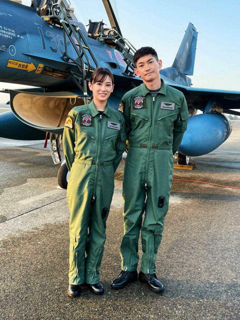 北川景子在新戲《離婚活動》中,被永山瑛太飾演的航空自衛隊隊員所救,兩人火速墜入愛河閃婚。(圖/friDay影音提供)