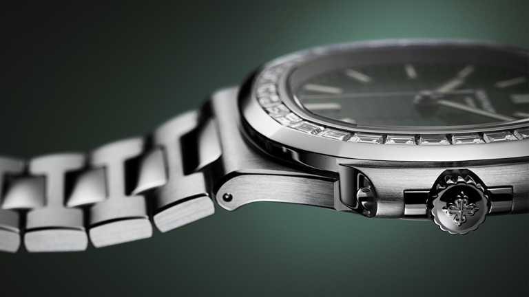 新款PATEK PHILILPPE「Nautilus金鷹」系列橄欖綠錶面鑲鑽款,每顆鑽石切割特別略呈梯形,藉此吻合八角形圓角錶環輪廓。(圖╱PATEK PHILILPPE提供)