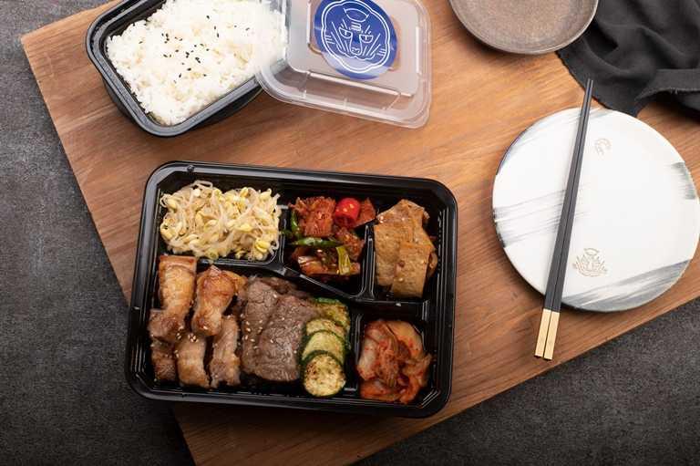 和牛翼板+豬五花餐盒,以獨家柚子醬醃漬頂級澳洲和牛,搭配丹麥嚴選冠軍豬五花肉,利用火烤方式鎖住肉汁。(外帶320元)