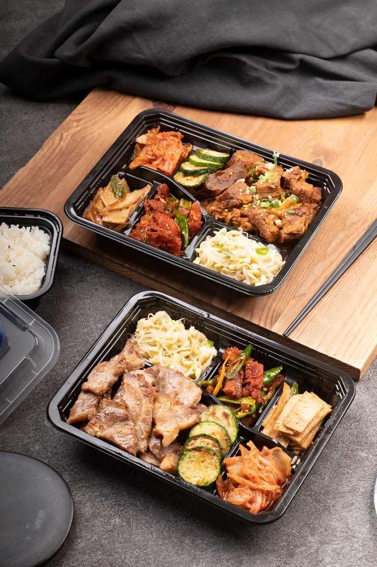 冠軍豬梅花餐盒(下圖,外帶190元)與辣燉和牛丼飯餐盒(外帶210元)。